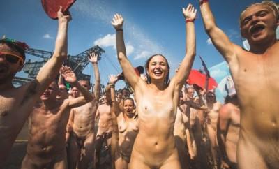 """Der Fotograf Gerrit Starczewski fotografierte ca. 200 nakt nackte Menschen bei der Aktion """"Naked Heart"""" auf dem Melt! Festival 2014 in Ferropolis. 200 lebenslustige Festivalbesucher zogen sich aus und formten ein nacktes Herz bzw Dreieck dem diesjährigen Symbol des Melt! Festivals. Danach kam die Feuerwehr um bei über 35 Grad für Abkühlung zu sorgen.  Das Melt! Festival ist ein Musikfestival mit 25000 Besuchern mit elektronischer und Indie Pop Musik."""